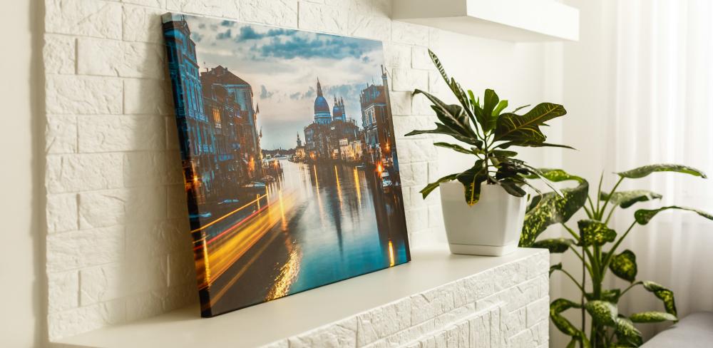 Was ist die beste Auflösung für eine Fotoleinwand. Fotoleinwand auf einem Kaminsims.