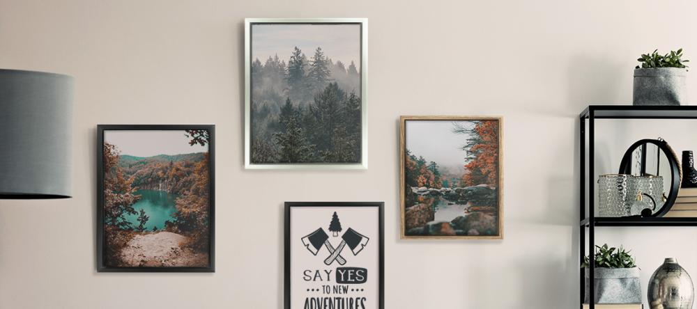 Wie viel kostet es eine Leinwand rahmen zu lassen?. Fotoleinwänd an weißer Wand.