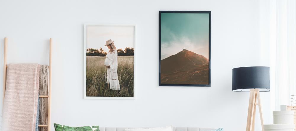 Wie viel kostet es eine Leinwand rahmen zu lassen?. Mehrere Fotoleinwände an grauer Wand.