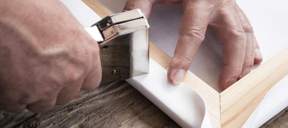 Was ist eine Fotoleinwand. Leinwandstoff wird in Handarbeit auf Keilrahmen gespannt.