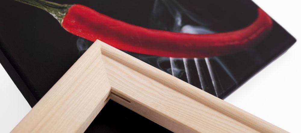 Was ist der Unterschied zwischen einem Poster und einer Leinwand. Detailaufnahme eines Holzrahmens.
