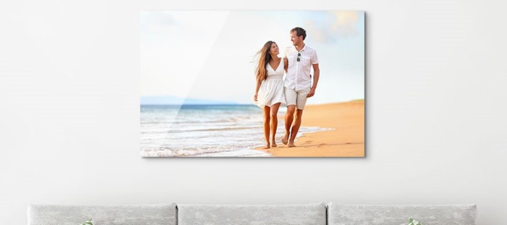How to hang aluminium prints for maxium visual impact. Photo metal print featuring couple on a wall.