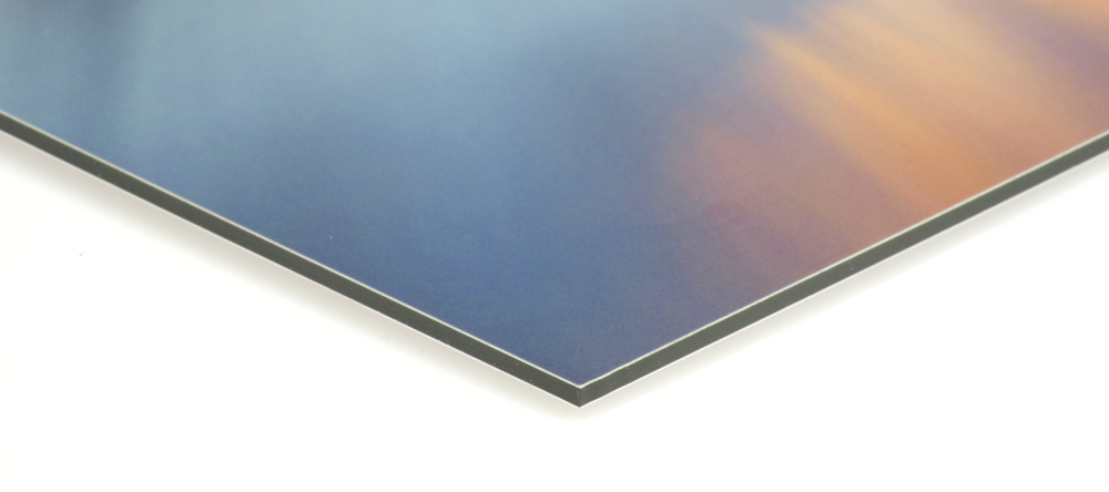 How to hang aluminium prints for maxium visual impact. Photo metal print edge close-up.