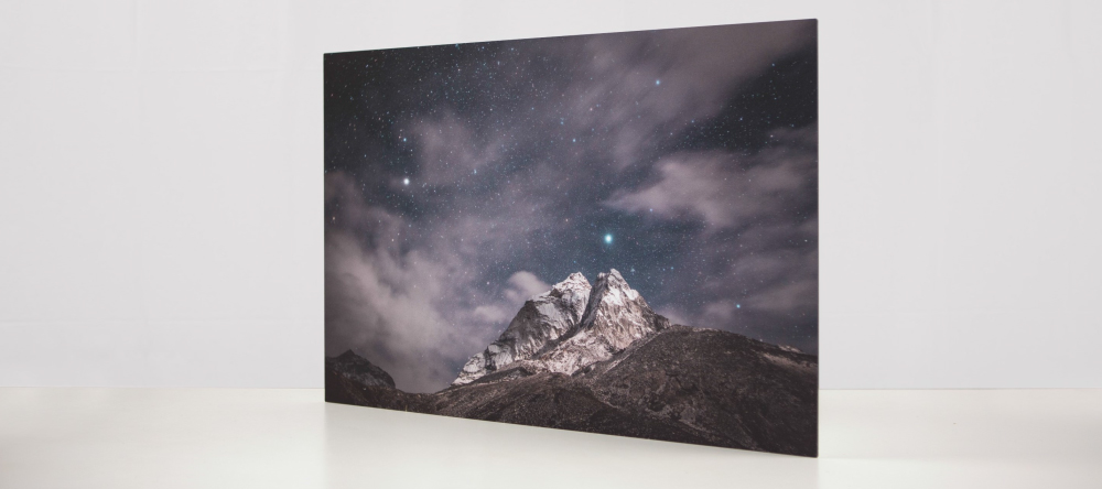 How to hang aluminium prints for maxium visual impact. Photo metal print with mountains.