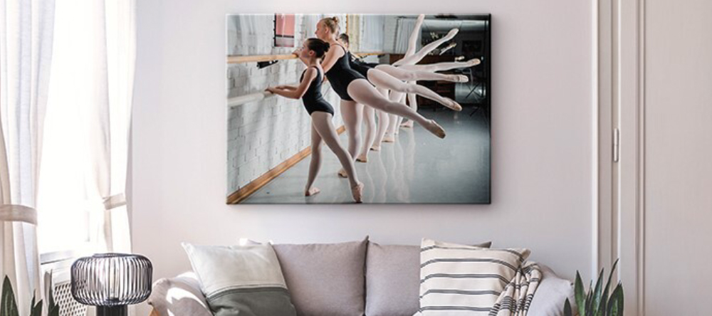 7 rules for matching wall decor. Canvas print with children during ballet lessons.