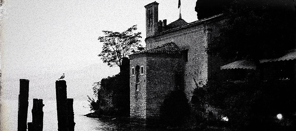 oud gebouw in de buurt van het meer