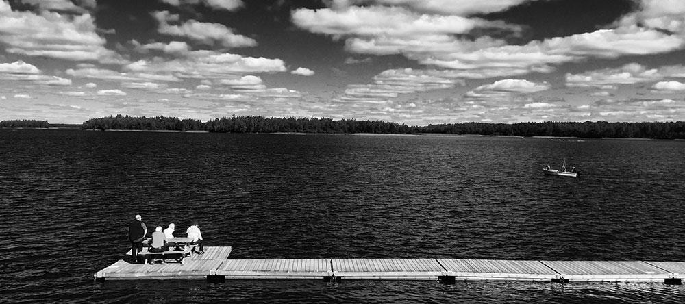 Lago oscuro en Suecia