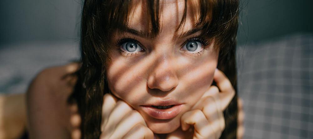 femmes aux cheveux bruns et aux yeux bleus